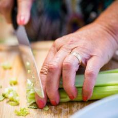 RĐA NA SEČIVU JE PROŠLOST: Premažite oštricu noža komadom ovog VOĆA i dobiće blistav sjaj
