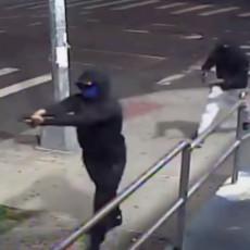 REŠETALI LJUDE NA ULICI, UPUCANO 10 SLUČAJNIH PROLAZNIKA: Stravični snimci masovne pucnjave u Njujorku (VIDEO)