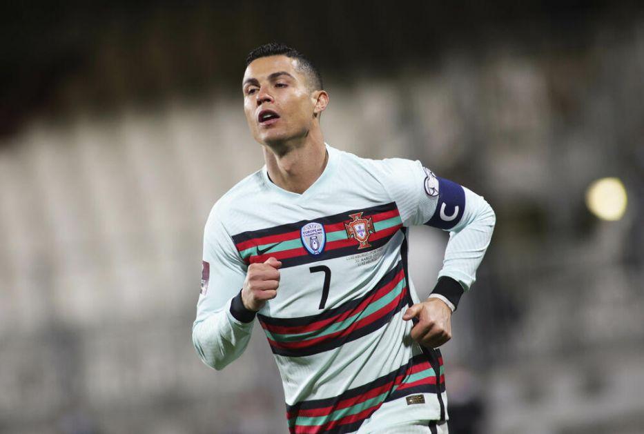 RONALDO JE MEGACAR: Portugalski fudbaler poslao potpisan dres za malog Gavrila! Odmah stavljen na aukciju!