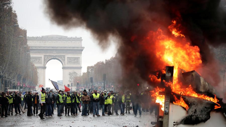 RT: Bojno polje Pariz: Sukobi policije i demonstranata zbog poskupljenja cena goriva