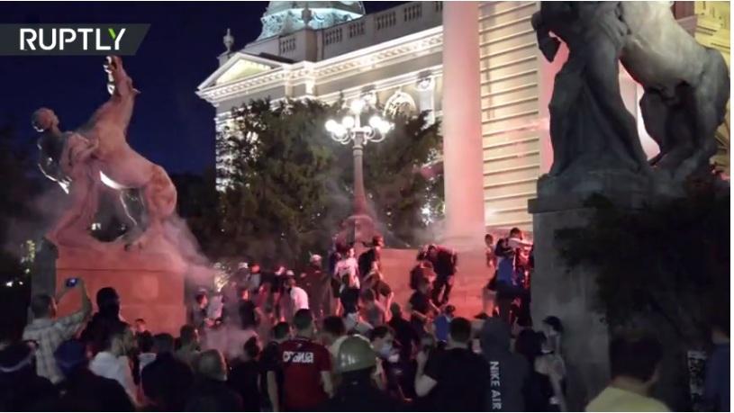 """RT: """"Čisti terorizam"""": Predsednik Srbije osudio nasilje koji su četvrti dan rezultirali još većim sukobima i hapšenjima"""