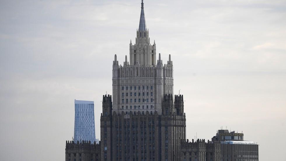 RT: Moskva ogorčena nakon što je u automobilu ruskog vojnog atašea u Hagu pronađen uređaj za praćenje