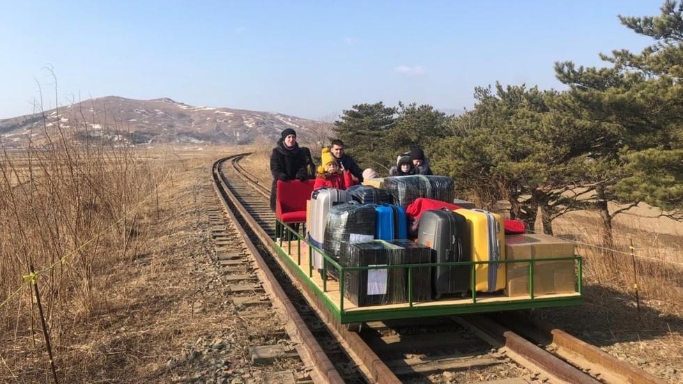 RT: Nagazi! Ruske diplomate na dresini napustile Severnu Koreju