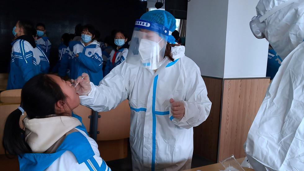 RT: Tim SZO-a zadužen za ispitivanje porekla koronavirusa stiže u Kinu, dok zemlja beleži najveći dnevni porast slučajeva u poslednjih pet meseci