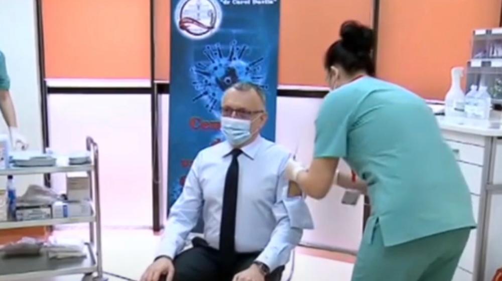 RUMUNSKI MINISTAR PRIVUKAO VELIKU PAŽNJU SVOJIM STAJLINGOM: Na rukavu mu bilo prozorče za vakcinaciju (VIDEO)