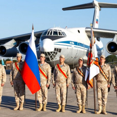 RUSKA BAZA HMEJMIM NA NOGAMA: Vojnici stajali u stavu mirno, obeležili dan od velikog značaja za njih