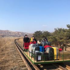 RUSKI DIPLOMATA ZBRISAO NA KOLICIMA IZ SEVERNE KOREJE: Porodicu na mostu sačekalo iznenađenje (FOTO/VIDEO)