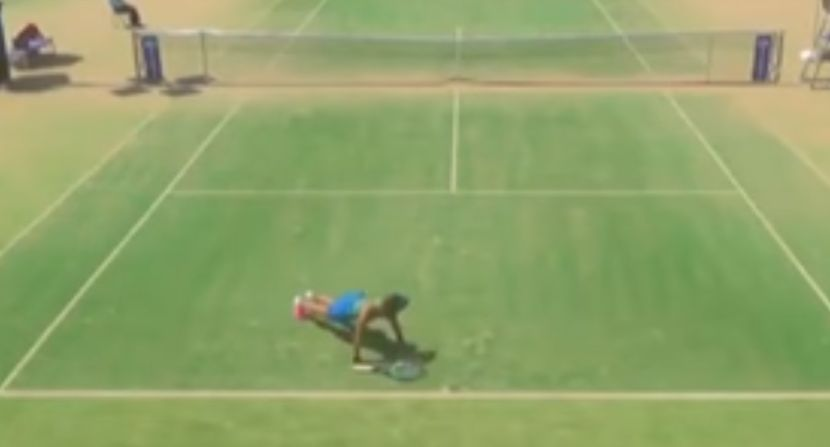 Radi sklekove između poena?! Ovo je najneobičnija teniserka na svetu (VIDEO)
