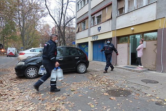 Radnici Parkng servisa dostavljaju dezinfekcionia sredstava za dezobarijere