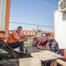 Radnici srušili zid zgrade i u njemu pronašli LJUDSKE ZUBE! (FOTO)