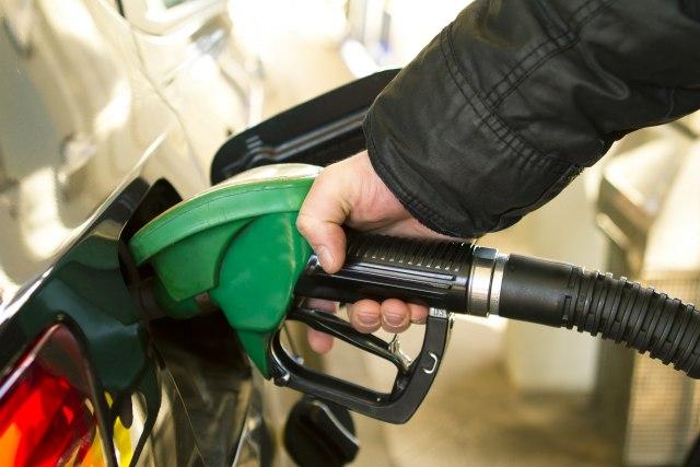 Radost za vozače benzinaca u CG: Od ponoći jeftinije gorivo