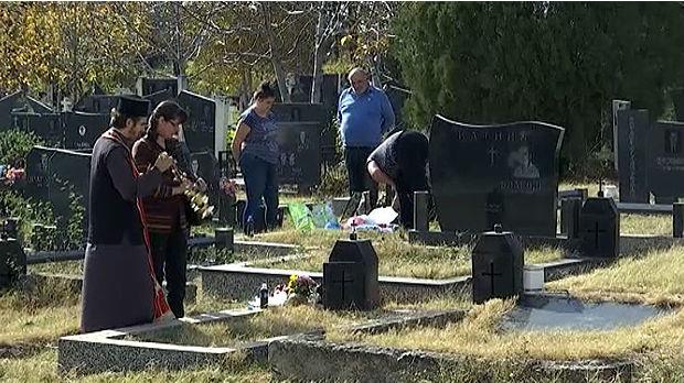 Raseljeni Srbi obišli groblje u Prištini