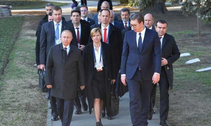 Razrešena misterija crne aktovke koju nosi Putinov telohranitelj