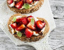 Recept dana: Slani brusketi od jagoda