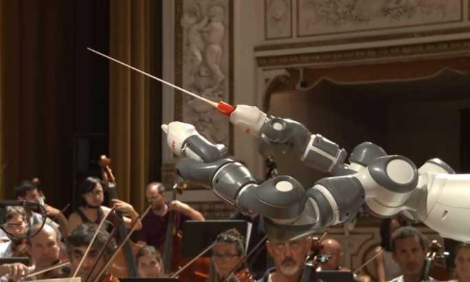 Robot dirigovao orkestru na Bočelijevom koncertu u Pizi