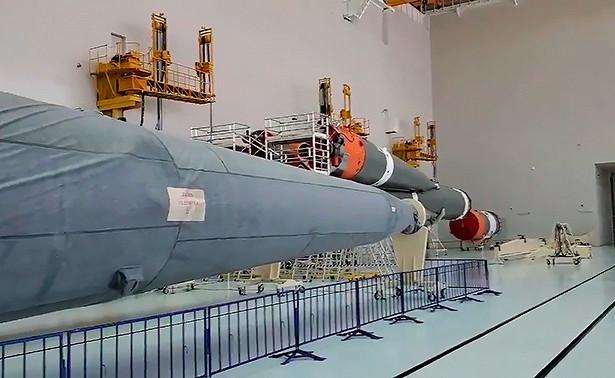 "Rogozin objavio snimak radova na sklapanju kosmičke rakete ""Sojuz 2"""