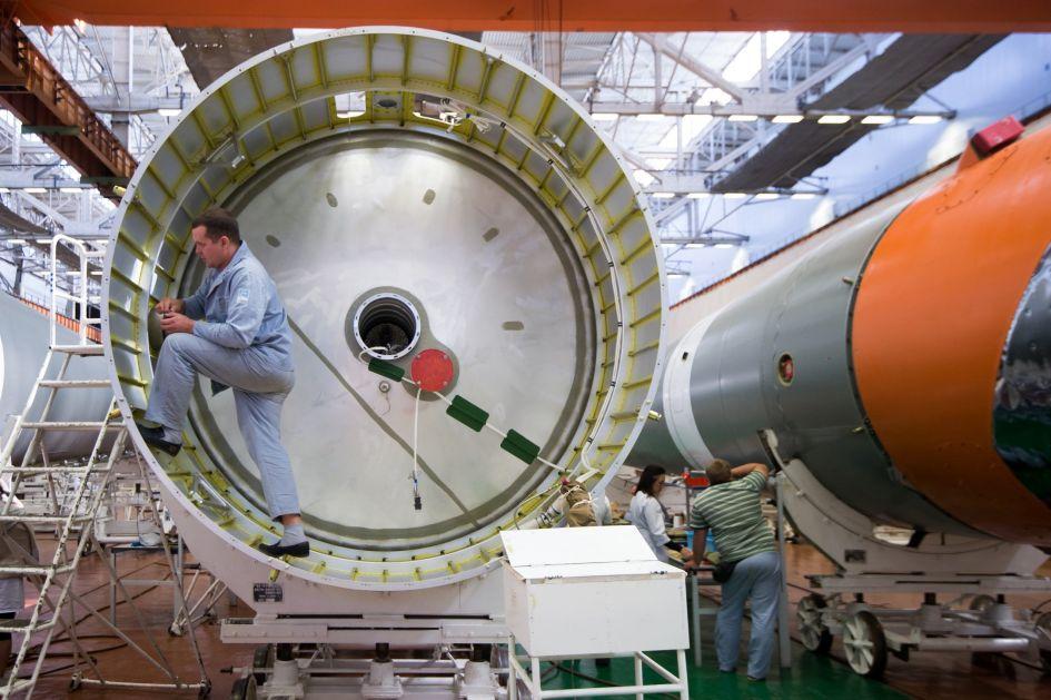 """Roskosmos"" objavio fotografije završnih radova proizvodnje kosmičke rakete ""Sojuz 2"""