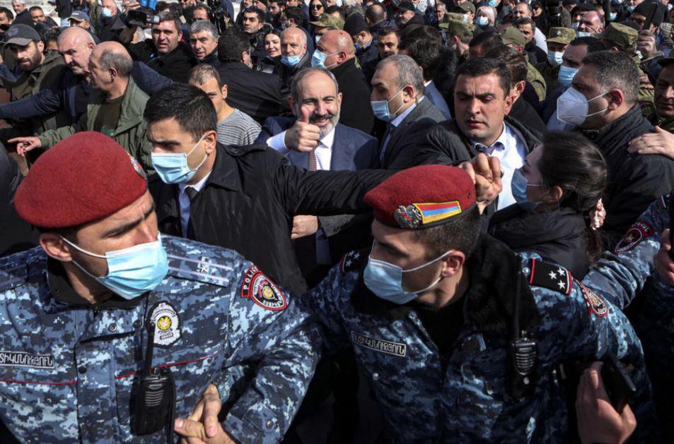 SA PAŠINJANOM SAMO O OSTAVCI! Jermenska opozicija ispred zgrade parlamenta (FOTO)