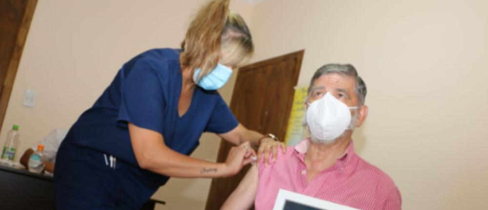 SA PUTINOM NA VAKCINACIJU! Argentinski gradonačelnik primio cepivo držeći sliku ruskog lidera u ruci! (FOTO)