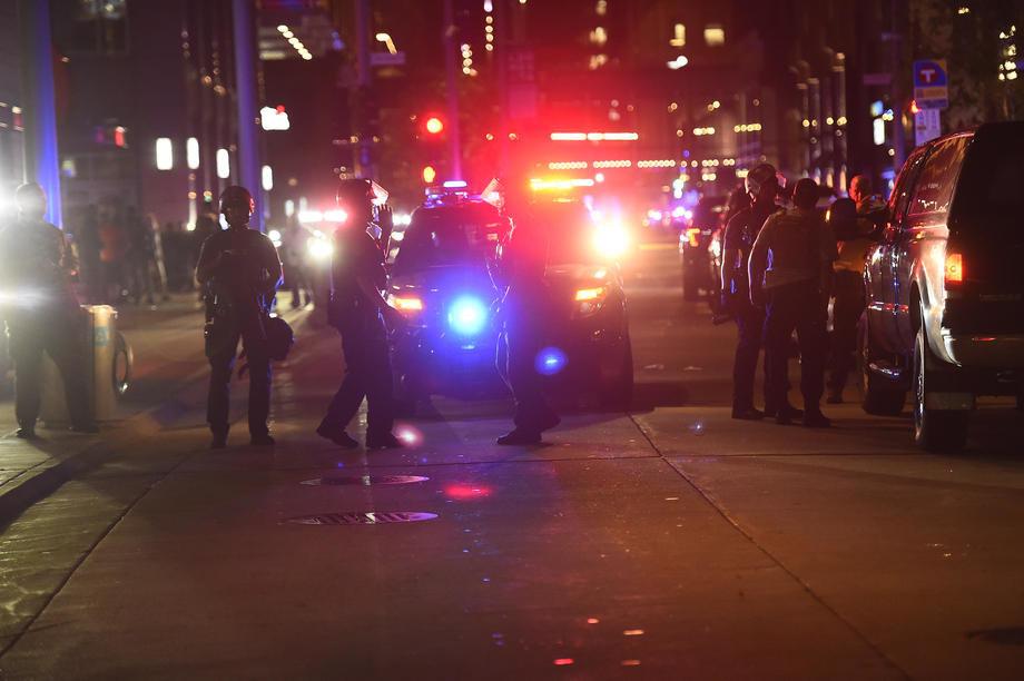 SAD: Policajac snimljen kako udara u glavu demonstranta