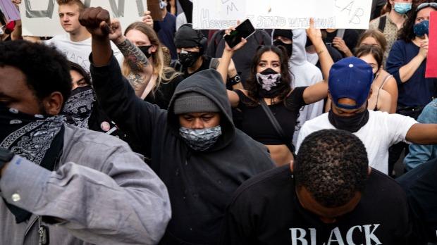 Protesti u SAD uglavnom mirni, u Parizu srča i suzavac
