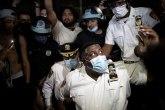 SAD na ivici građanskog rata - policajci klekli pred demonstrantima VIDEO/FOTO