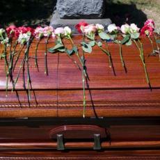 SAHRANE U KRUGU NAJUŽE PORODICE: Na grobljima uvedene VANREDNE MERE koje se razlikuju od grada do grada