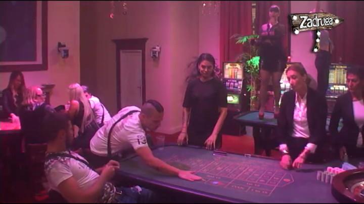 SAMO ŽELI DA PRIVUČE NJEGOVU PAŽNJU: Miljana se popela na sto, pa pokušala da ZAVEDE Marka Miljkovića! (VIDEO)