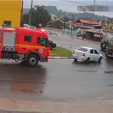 ŠANSA, JEDAN PREMA MILION! Kad ti se zapale kola, dobro je imati vatrogasce u blizini! (VIDEO)