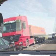 SAOBRAĆAJNA NESREĆA NA ZRENJANINSKOM PUTU! Sudarili se kamion i automobil, ima povređenih
