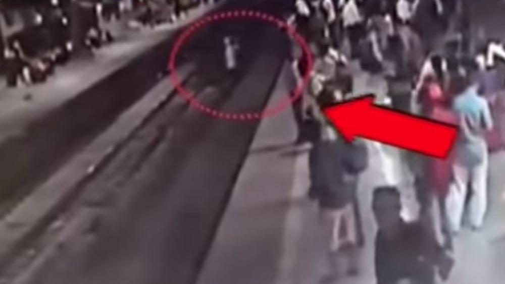 SEKUNDE SU GA DELILE OD SMRTI: Čovek prelazio prugu dok je prema njemu jurišao voz, a onda ga je policajac spasao!