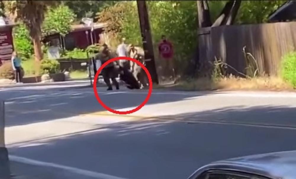 ŠERIFOV ZAMENIK UBIJEN U ZASEDI, POLICAJCI RANEJNI: Pogledajte kako je policija u Kaliforniji izvukla napadača na ulicu!