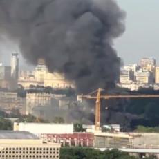 SERIJA EKSPLOZIJA U SKLADIŠTU PIROTEHNIKE: Vatra zahvatila susednu zgradu, PUCA NA SVE STRANE, ogroman oblak dima prekrio grad (VIDEO)