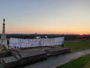"""""""ŠEST MESECI TUGE I BOLA…"""" Prijatelji ubijenog studenta iz Čačka raširili transparent na Kalemegdanu i poslali JASNU PORUKU"""