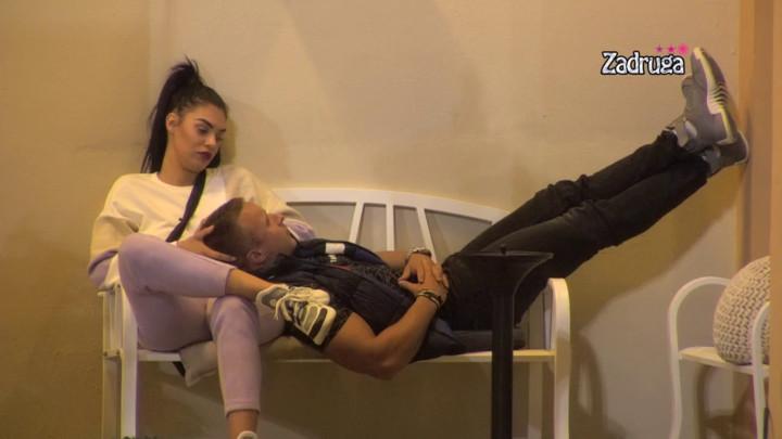 SEVAJU VARNICE: Mina i Nikola se osamili u dvorištu i razmenjivali nežne dodire! (VIDEO)