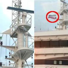 SIMBOL PRKOSA VELIKOJ BRITANIJI: Na zaplenjenom tankeru vijori se IRANSKA ZASTAVA! (VIDEO)