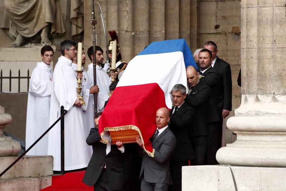 ŠIRAKU NA POČETKU SAHRANE ODATA VOJNA POČAST: Francuski i svetski lideri ispratili bivšeg predsednika, hiljade Parižana mu odalo počast! (VIDEO)