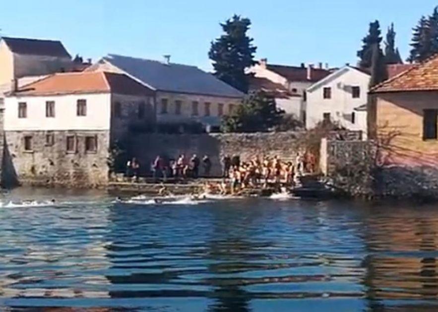 ŠIROM REPUBLIKE SRPSKE SE PLIVALO ZA ČASNI KRST: Vernici proslavili Bogojavljenje, okupli se na liturgijama i litijama (VIDEO)