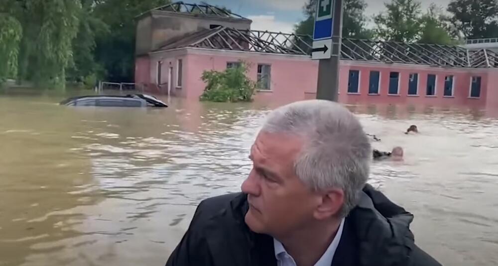 SKANDAL NA KRIMU: Premijer ide čamcem kroz poplavljeni grad, a iza njega muškarci plivaju! VIDEO