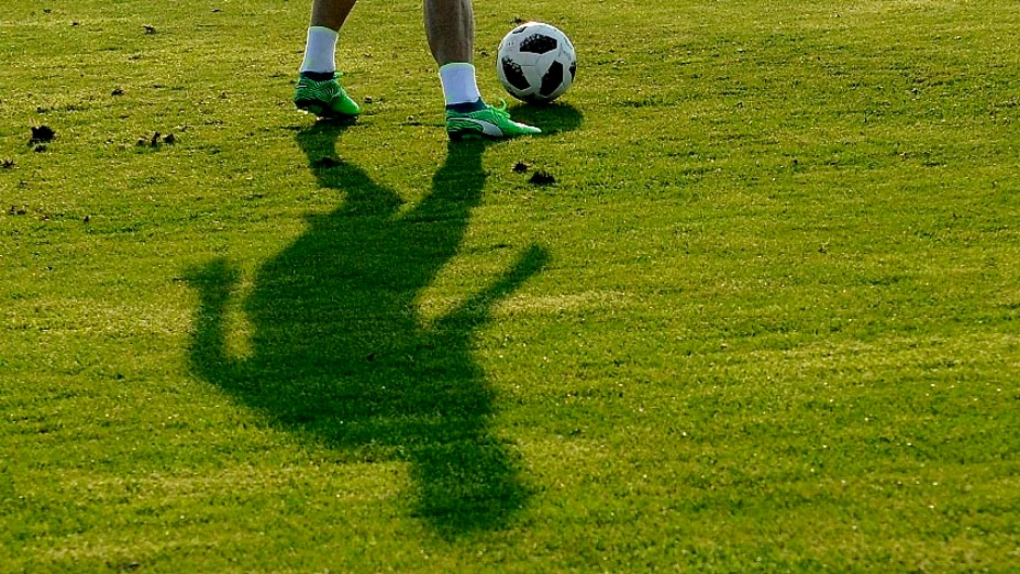 SKANDAL: Snimak fudbalera u akciji s dve devojke