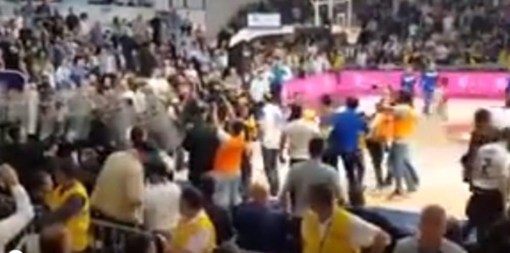 SKANDAL U MORAČI! Sin ministra policije Crne Gore šetao po terenu i PLJUVAO košarkaše Crvene zvezde! Niko ga nije zaustavio! (VIDEO)