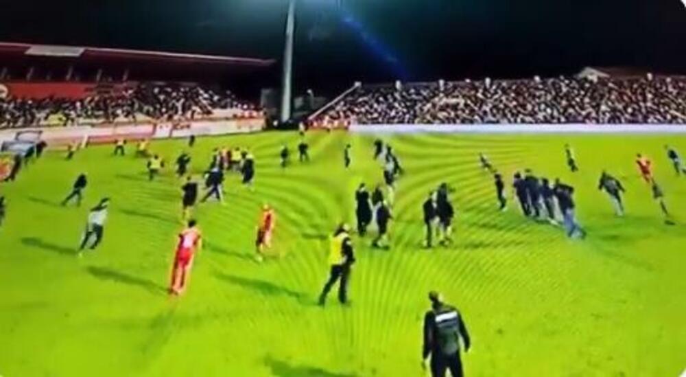 SKANDAL U MOSTARU! Navijači Veleža PREKINULI utakmicu: Uleteli u teren i NASRNULI na sudiju i igrača Borca! VIDEO