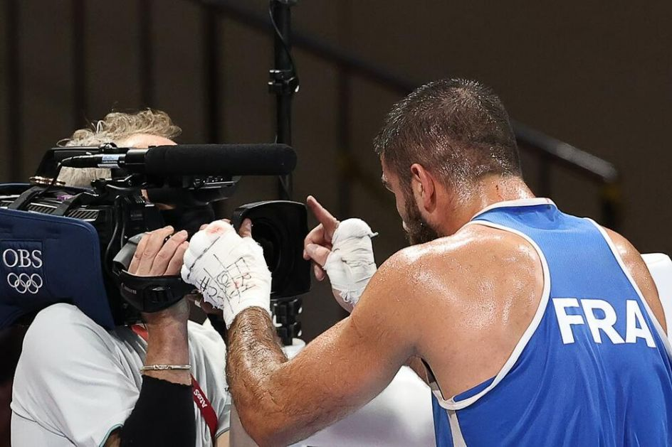 SKANDAL U TOKIJU: Francuski bokser DIVLJAO U RINGU posle diskvalifikacije: Udario rivala glavom, pa BESNEO zbog odluke sudija!