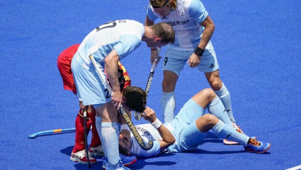 SKANDALČINA PRVOG DANA IGARA! Argentinac štapom udario protivnika u glavu VIDEO