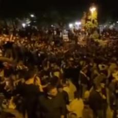 SKANDALOZNO PONAŠANJE MLADIH U NIŠU: Na stotine njih se okuplja na keju, puštaju i muziku sa razglasa  (VIDEO)
