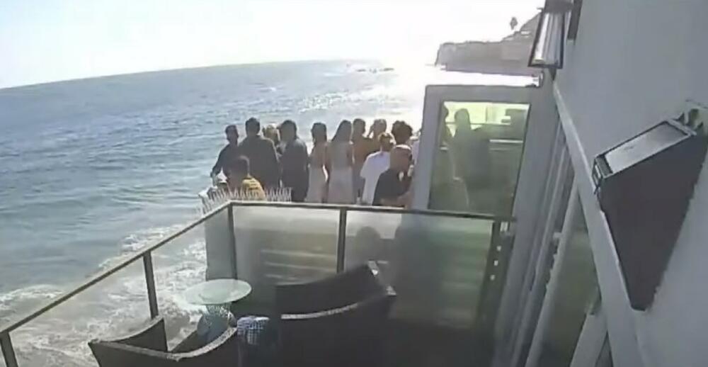 SLAVILI ROĐENDAN, PA SE STROPOŠTALI: Balkon se srušio, 15 ljudi palo na kamenje VIDEO