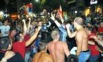 SLAVIO SE PLASMAN U LŠ: Navijači Zvezde na ulicama Beograda proslavljali prolaz (FOTO/VIDEO)