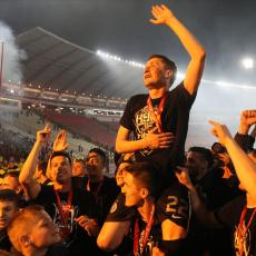 SLIKA ZA SVA VREMENA: Saša Ilić sa tri ZVEZDINE LEGENDE proslavio osvajanje Kupa (FOTO)