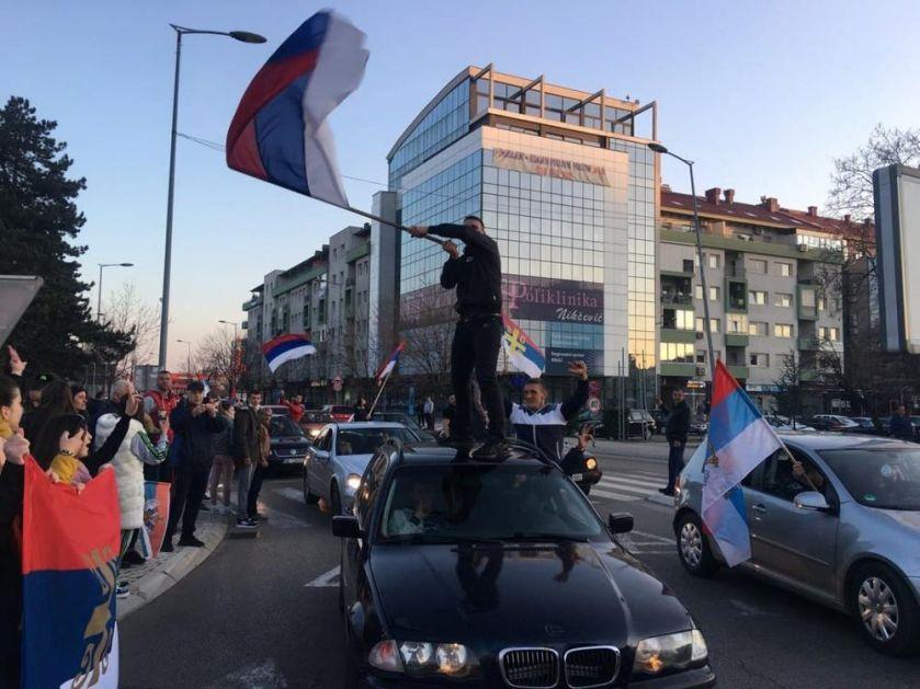 SLOBODARSKI NIKŠIĆ SLAVI: Građani samoinicijativno izašli da proslave odlazak DPS u istoriju (FOTO)