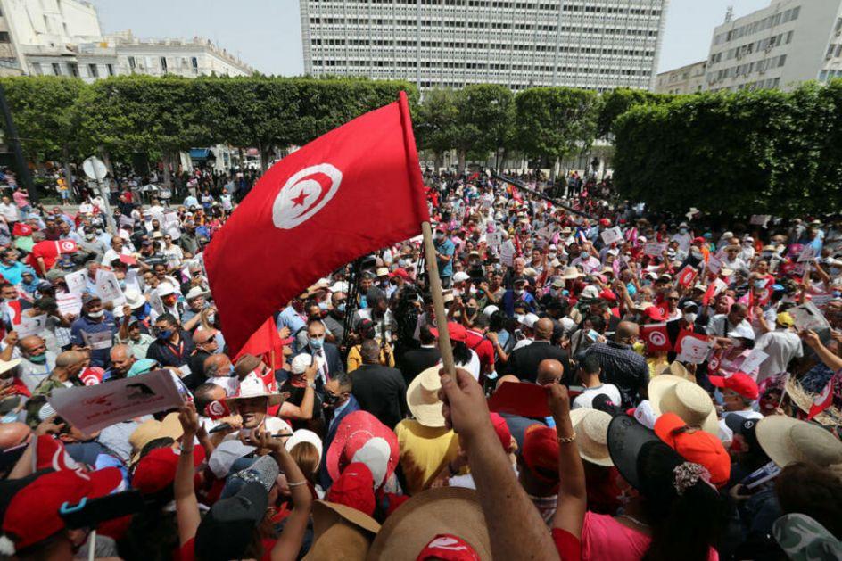 DRAMA U TUNISU: Vojska opkolila parlament, demonstranti kliču premijeru, a zemlja srlja u KRIZU DECENIJE